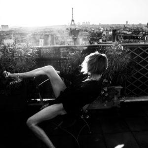 Paris La parisienne serie de photos en noir et blanc black and white photography Veronique Thomazo French Photographer based in Nice France Tour eiffel Paris